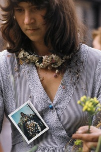 Lous Martin tijdens de manifestatie Bloemsieraden te Amsterdam, 1977. Foto met dank aan Galerie Ra©