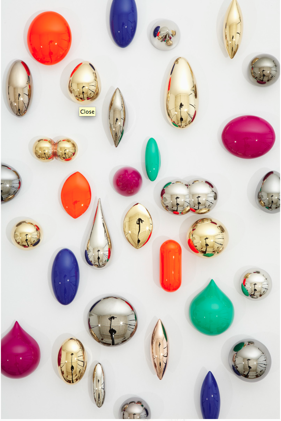 Noon Passama, Button Brooches, autolak of vergulding op koper, 2011. Foto met dank aan Galerie Ra©