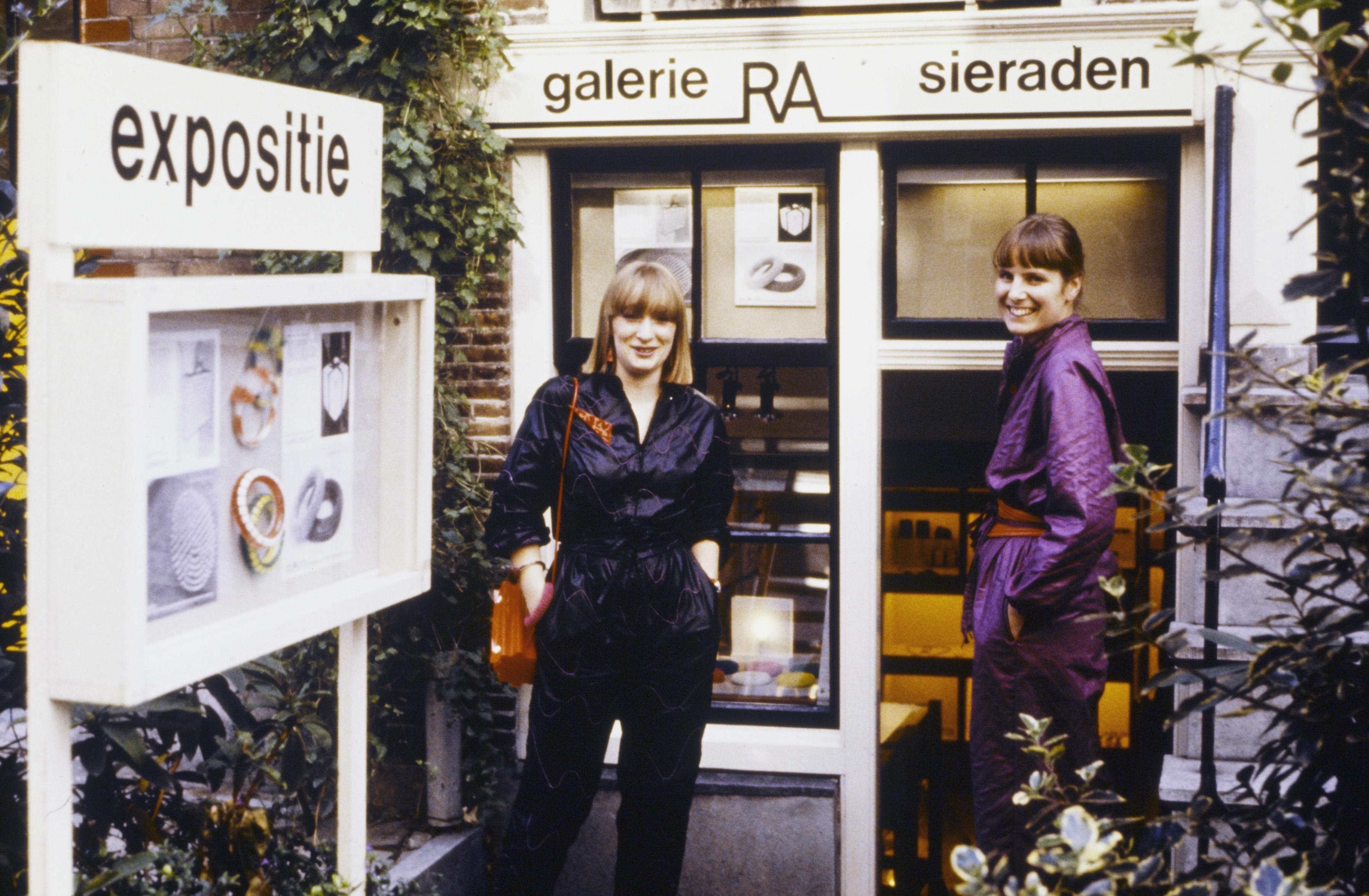 Galerie Ra, Lange Leidsedwarsstraat 178 met Marga Staartjes en Maria Hees. Foto met dank aan Galerie Ra ©