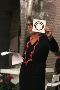 Liesbeth den Besten met collier van Ted Noten, Sieraad Art Fair, Amsterdam, 2015. Foto met dank aan de Stichting Françoise van den Bosch©