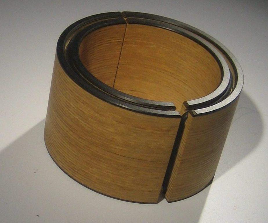 Bruno Ninaber van Eyben, armband, hout, 1977. Sieradenpresentatie lockers, Collectie Centraal Museum, 20753). Foto Esther Doornbusch, CC BY 4.0