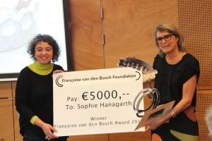 Sophie Hanagarth ontvangt de Françoise van den Bosch Prijs uit handen van Liesbeth den Besten in CODA, 2015. Foto met dank aan de Stichting Françoise van den Bosch©