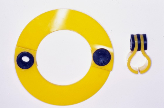 Hans Appenzeller, armband en ring, perspex en rubber, 1973. Foto met dank aan Galerie Ra©