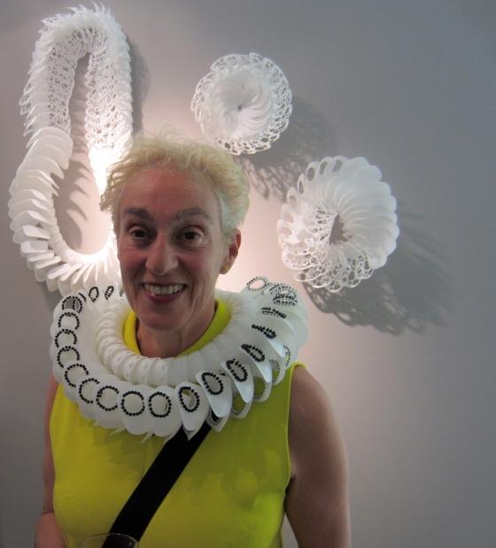 Julia Manheim in Galerie Ra met collier van Sam-Tho Duong, 4 september 2012. Foto met dank aan M.O.©