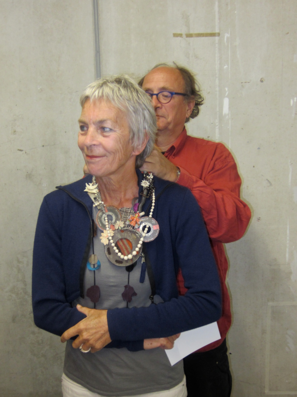 Rian de Jong met een halssieraad van Tota Reciclados en haar partner Herman Marres, 2013. Foto met dank aan M.O.©