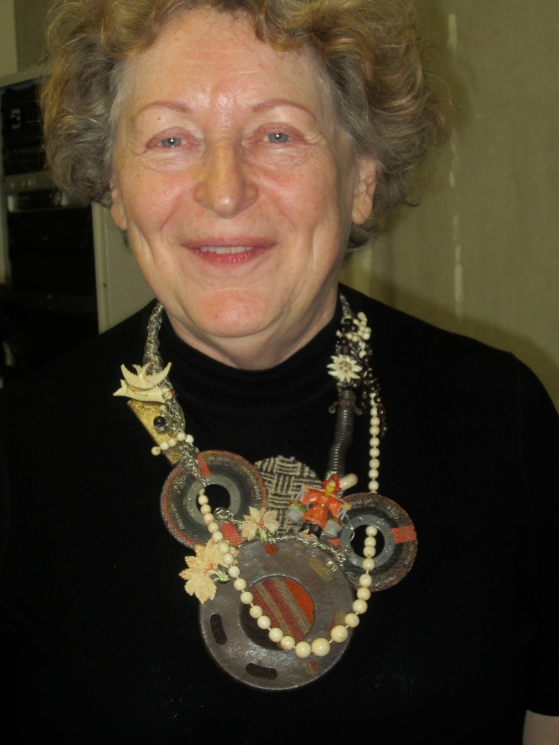 Marjan Unger met een halssieraad van Tota Reciclados, 14 mei 2013, portret