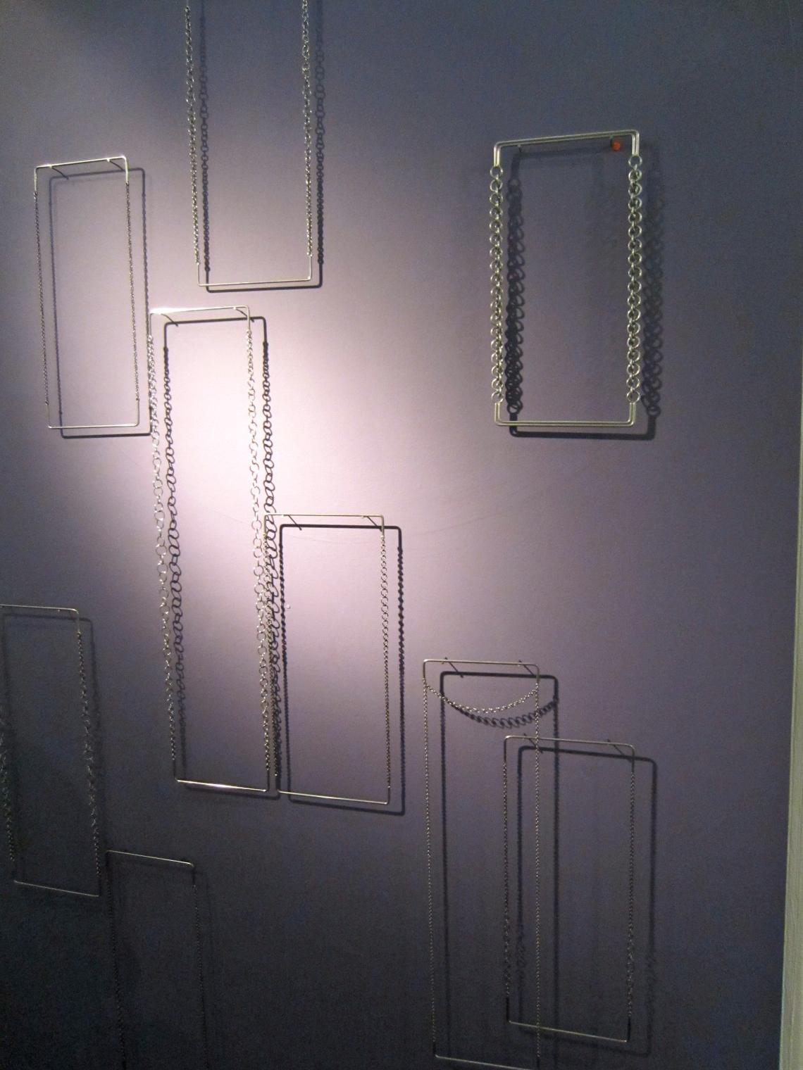 Rebekah Frank, halssieraden in Galerie Ra, 2014, metaal