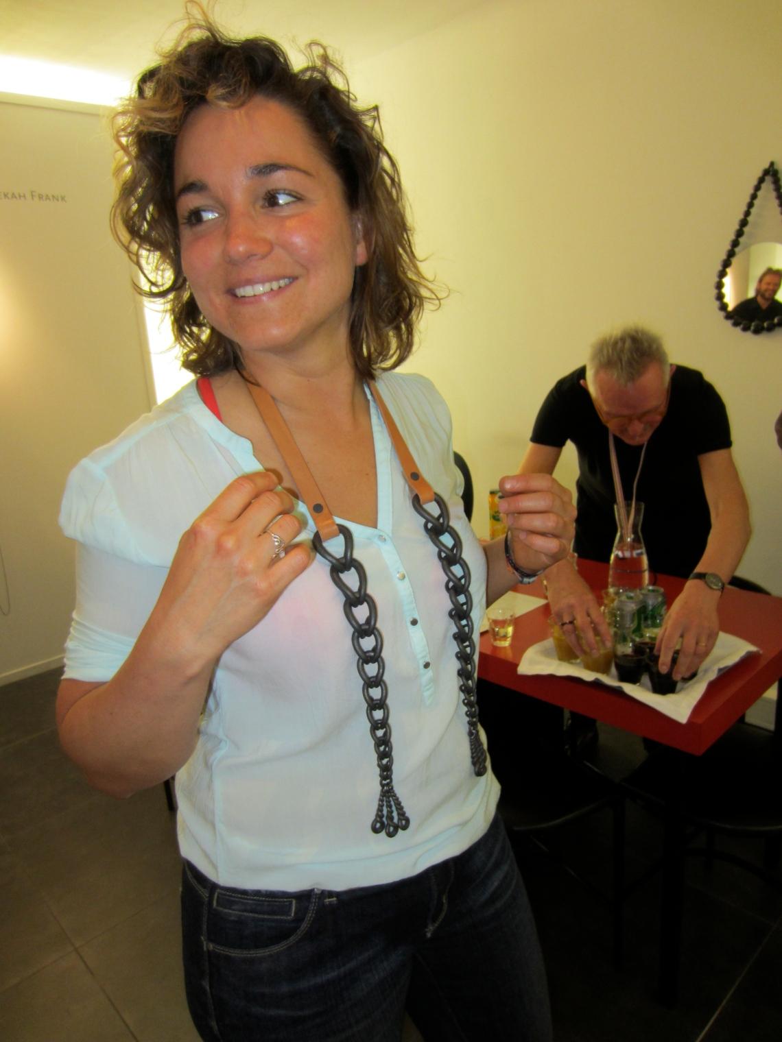 Réka Fekete draagt Sophie Hanagarth in Galerie Ra, 2014. Foto met dank aan M.O.©