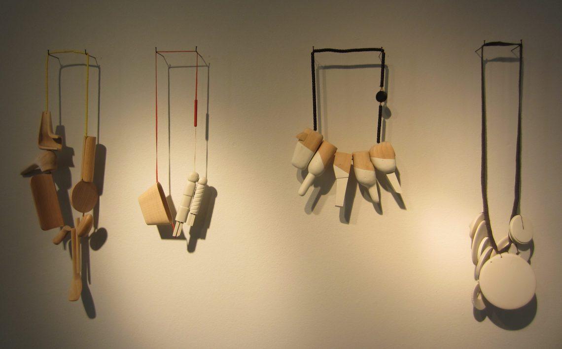 Karin Herwegh, halssieraden op Merging memories, Galerie Ra, 2016. Foto met dank aan M.O.©