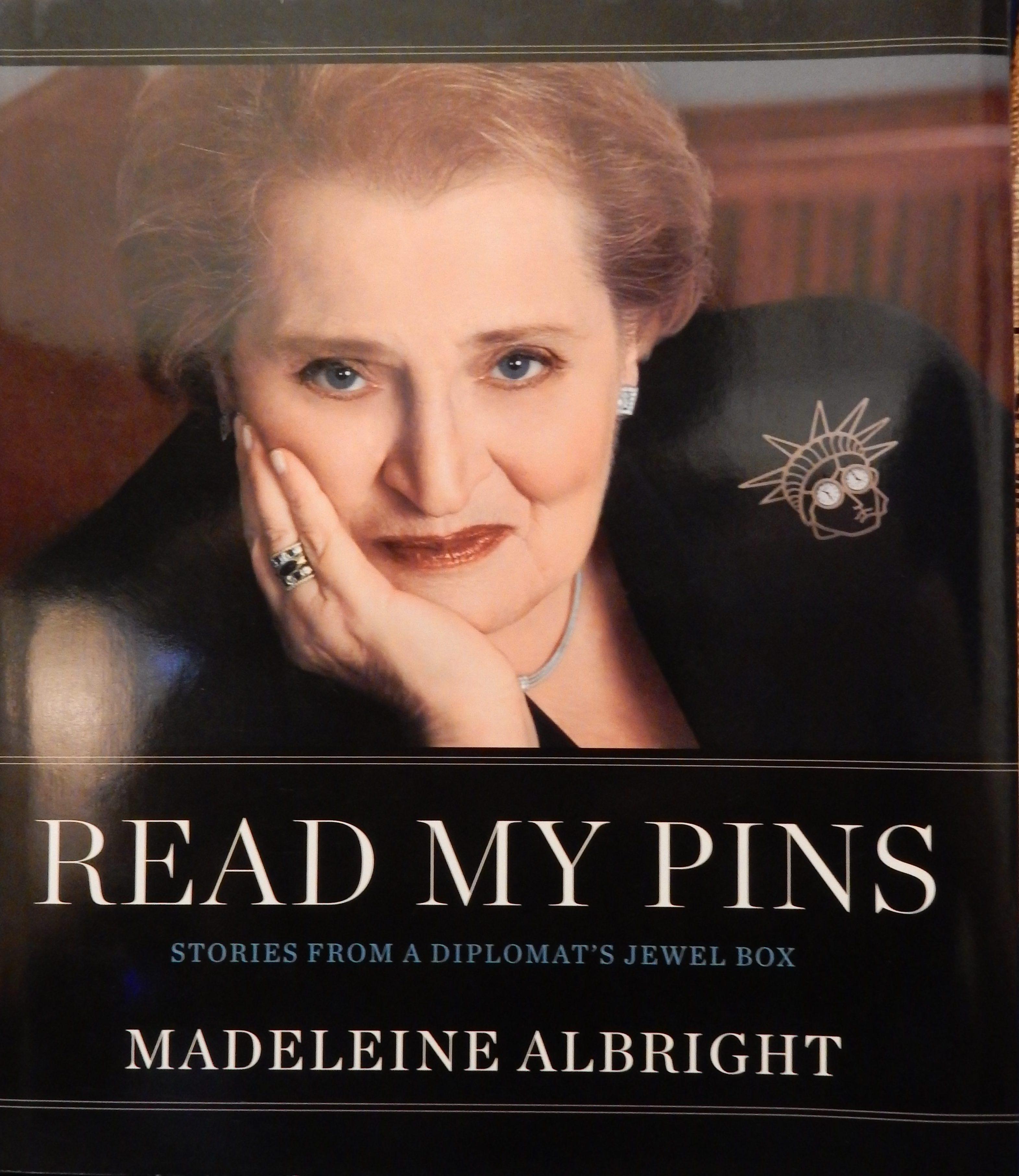Read my pins; Madeleine Albright draagt Gijs Bakker op de cover van haar boek. Foto Esther Doornbusch, CC BY 4.0