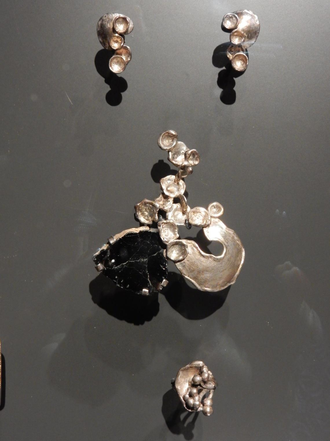 Anneke Schat, Special Collections, Rijksmuseum Amsterdam, oorsieraden, broche, ring, zilver, steen