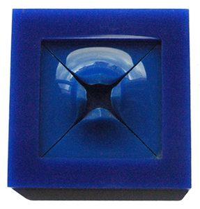 Ruudt Peters, Blue, broche, plexiglas, 1976. Foto met dank aan Ruudt Peters©