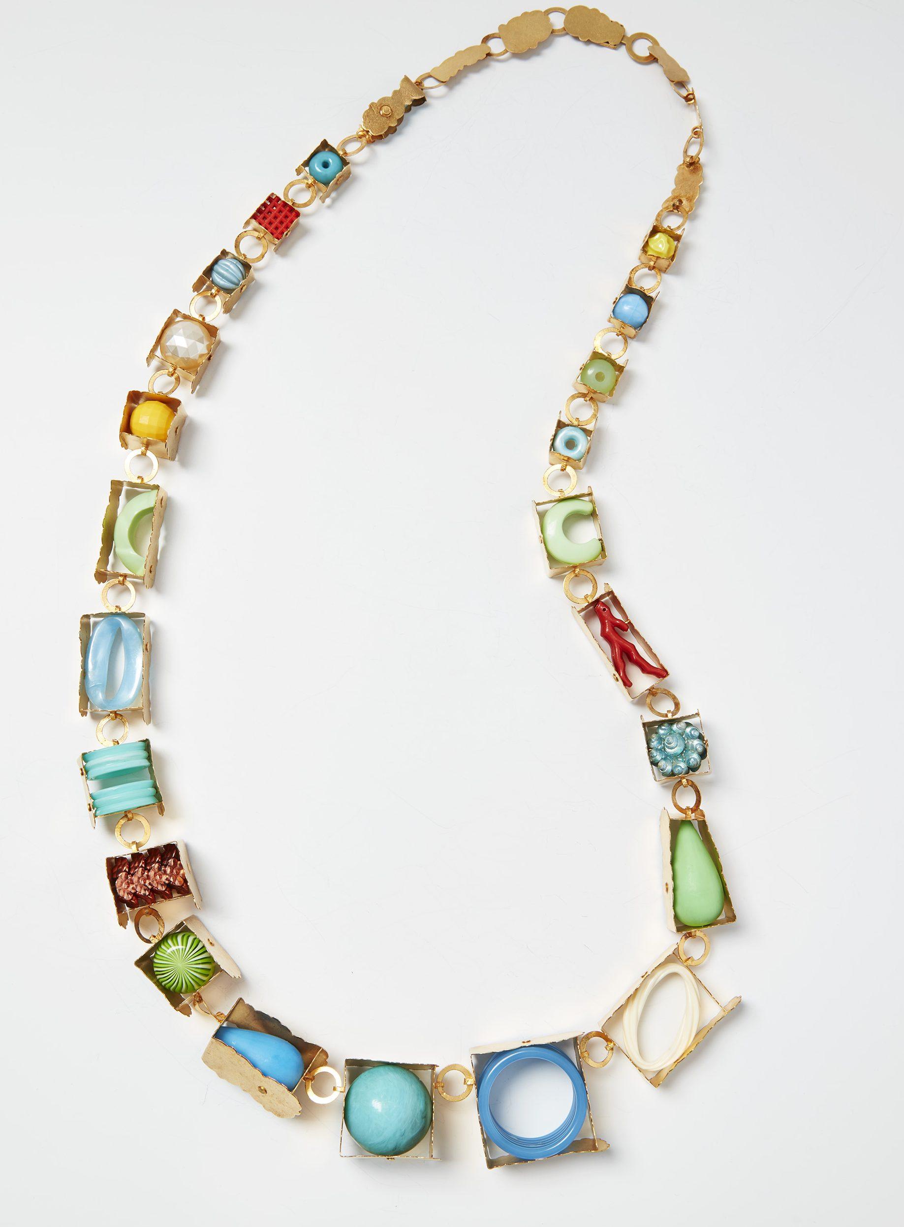 Helen Britton, Dekorationswut, halssieraad, zilver, kunststof en verf, 2013, Collectie CODA. Foto met dank aan CODA©