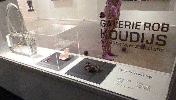 Ted Noten (links), Galerie Rob Koudijs in Galerie Majke Hüsstege, Den Bosch, circa 2011. Foto met dank aan Galerie Rob Koudijs©