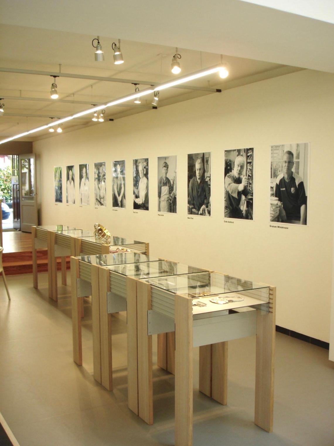 Heroes, a Ted Noten Project, Galerie Rob Koudijs, 2008. Foto met dank aan Galerie Rob Koudijs©