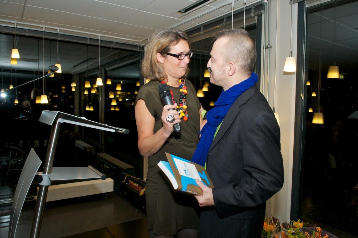 Liesbeth den Besten en Paul Derrez tijdens de boekpresentatie en de opening Ontketend, Museum voor Moderne Kunst Arnhem, 4 november 2011. Foto met dank aan Liesbeth den Besten©