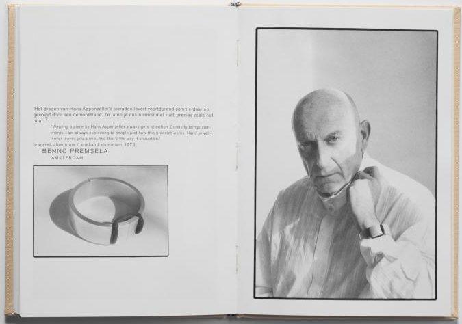 Benno Premsela met armband van Hans Appenzeller, 1989. Foto met dank aan Hans Appenzeller, Willem Diepraam©