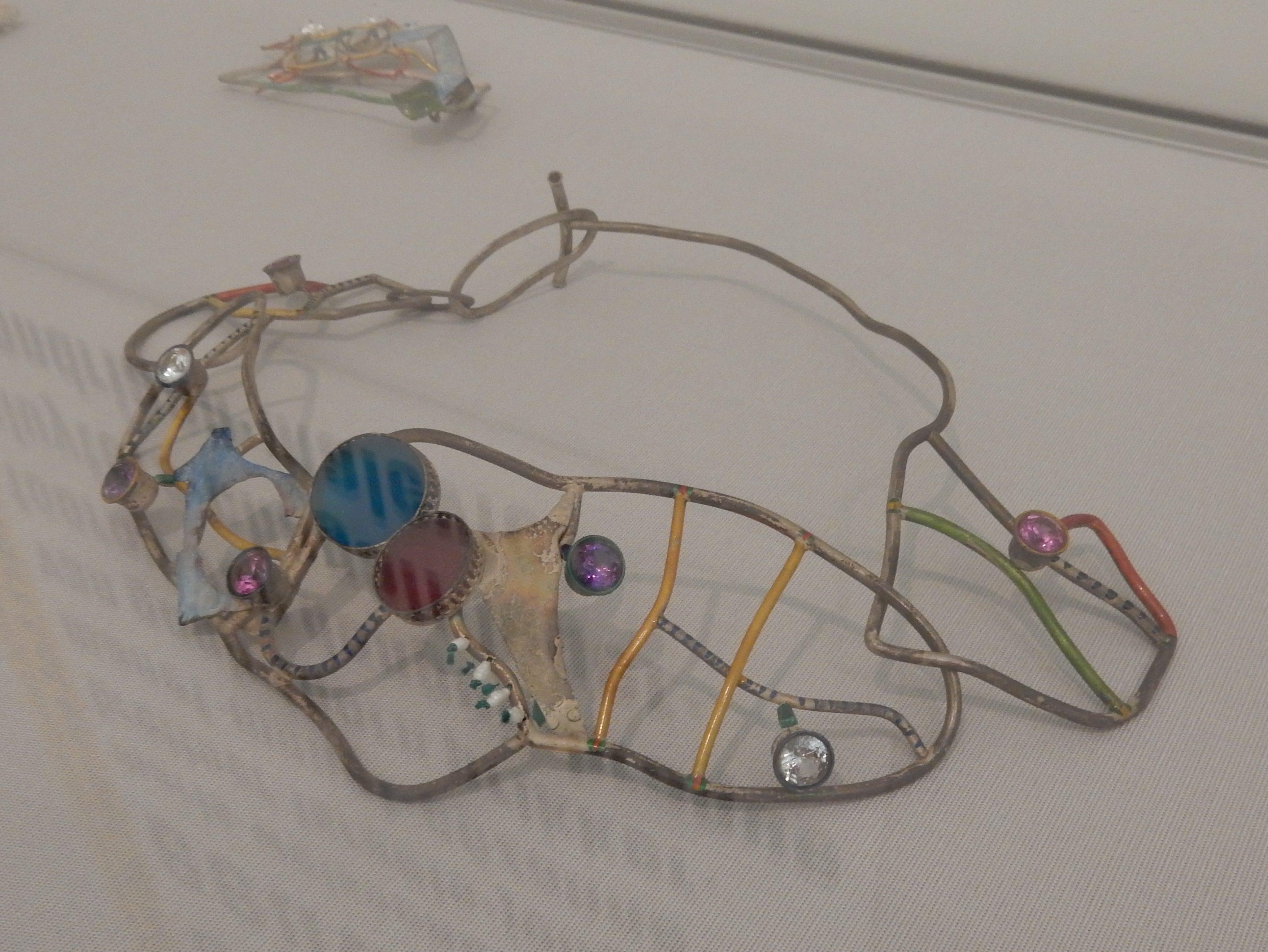 Marion Herbst, halssieraad, zilver, glas, en synthetische edelstenen, 1993. Getoond in het Stedelijk Museum Amsterdam, 2016. Foto Esther Doornbusch, CC BY 4.0