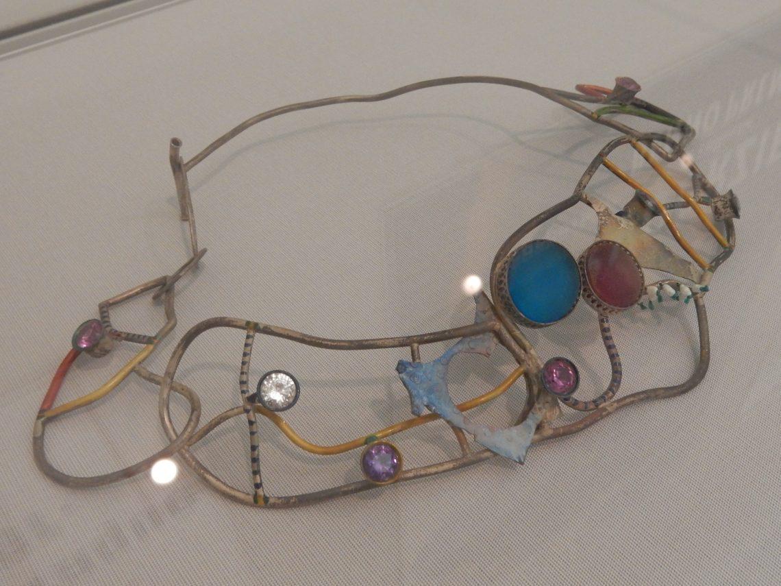 Marion Herbst, halssieraad, zilver, glas, en synthetische edelstenen, 1993. Stedelijk Museum Amsterdam, 2016. Foto Esther Doornbusch©