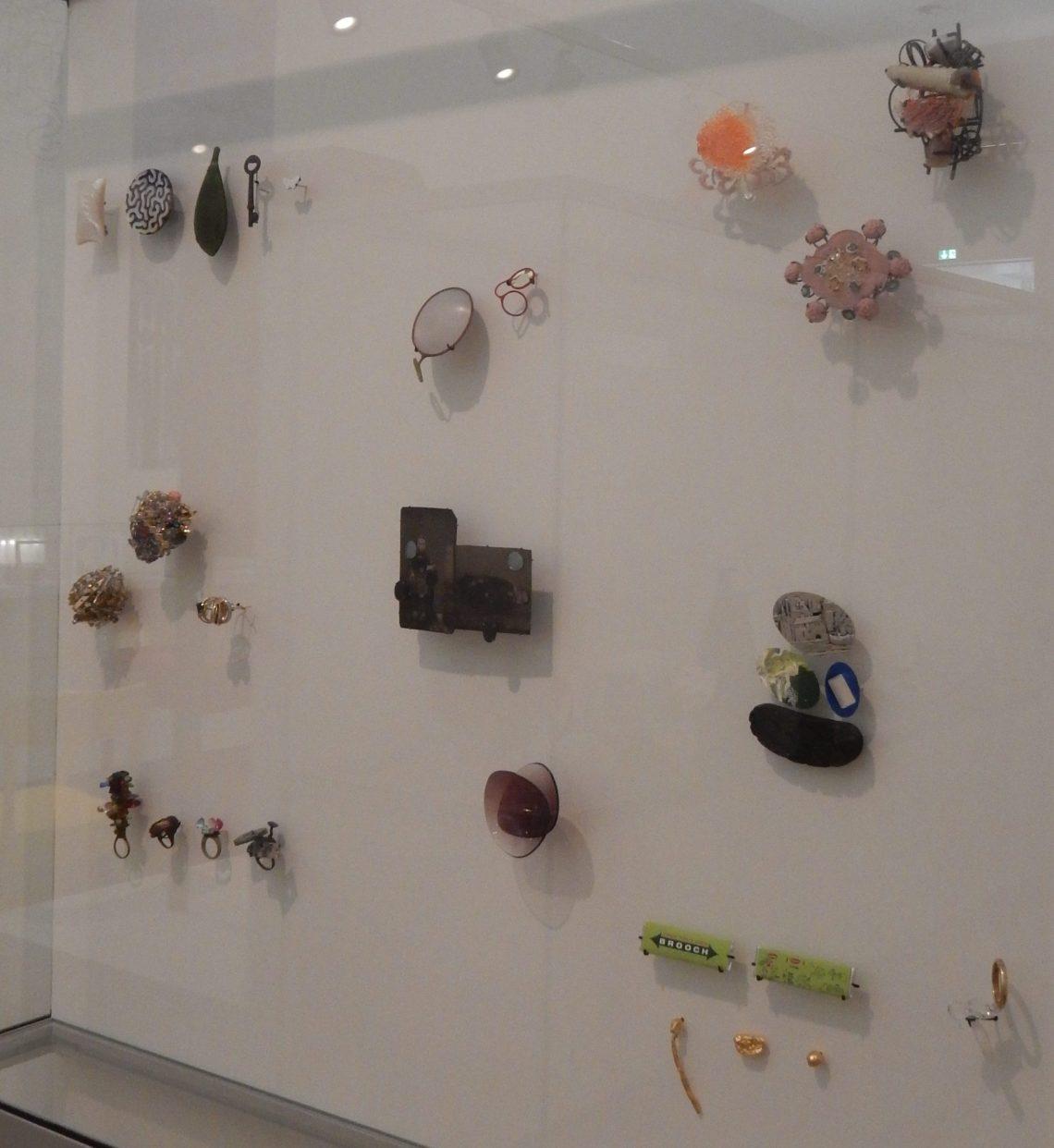 Vitrine in het Stedelijk Museum Amsterdam met sieraden in bruikleen van de Stichting Françoise van den Bosch, 2016. Foto Esther Doornbusch, CC BY 4.0