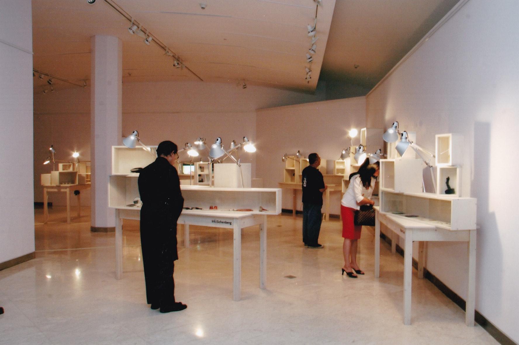 Sterke Verhalen, hedendaagse verhalende sieraden uit Nederland, Erasmus Huis, Jakarta, 2006. Foto met dank aan Liesbeth den Besten©
