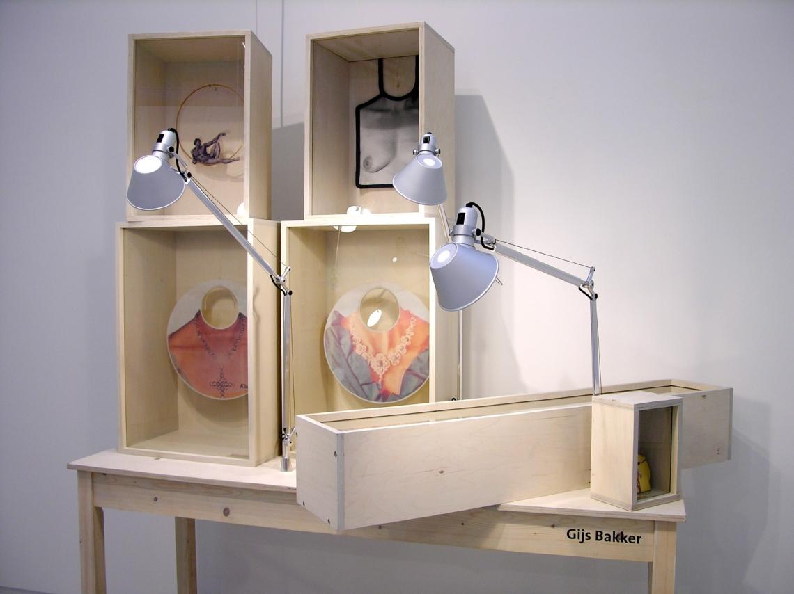 Gijs Bakker, Sterke Verhalen, hedendaagse verhalende sieraden uit Nederland, Stedelijk Museum 's-Hertogenbosch, 2006. Foto met dank aan Liesbeth den Besten©