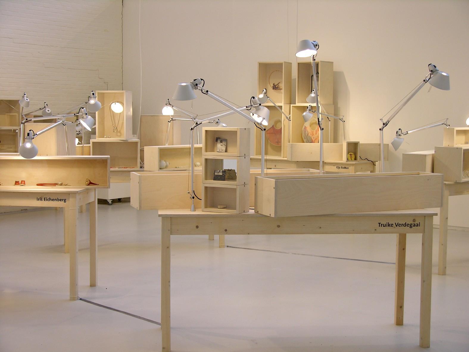 Sterke Verhalen, hedendaagse verhalende sieraden uit Nederland, SMS, 2006. Foto (met dank aan) Liesbeth den Besten©