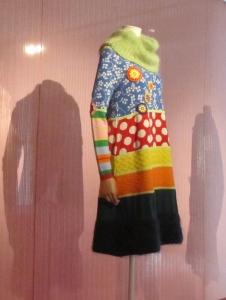 Walter van Beirendonck, Tricot in de Mode; jurk in het Mode Museum, Antwerpen. Foto Jvhertum (publiek domein)