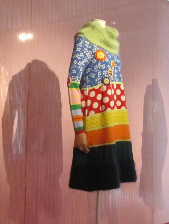 Walter van Beirendonck, Tricot in de Mode; jurk in het Mode Museum, Antwerpen. Foto Jvhertum, publiek domein (CC0 1.0)