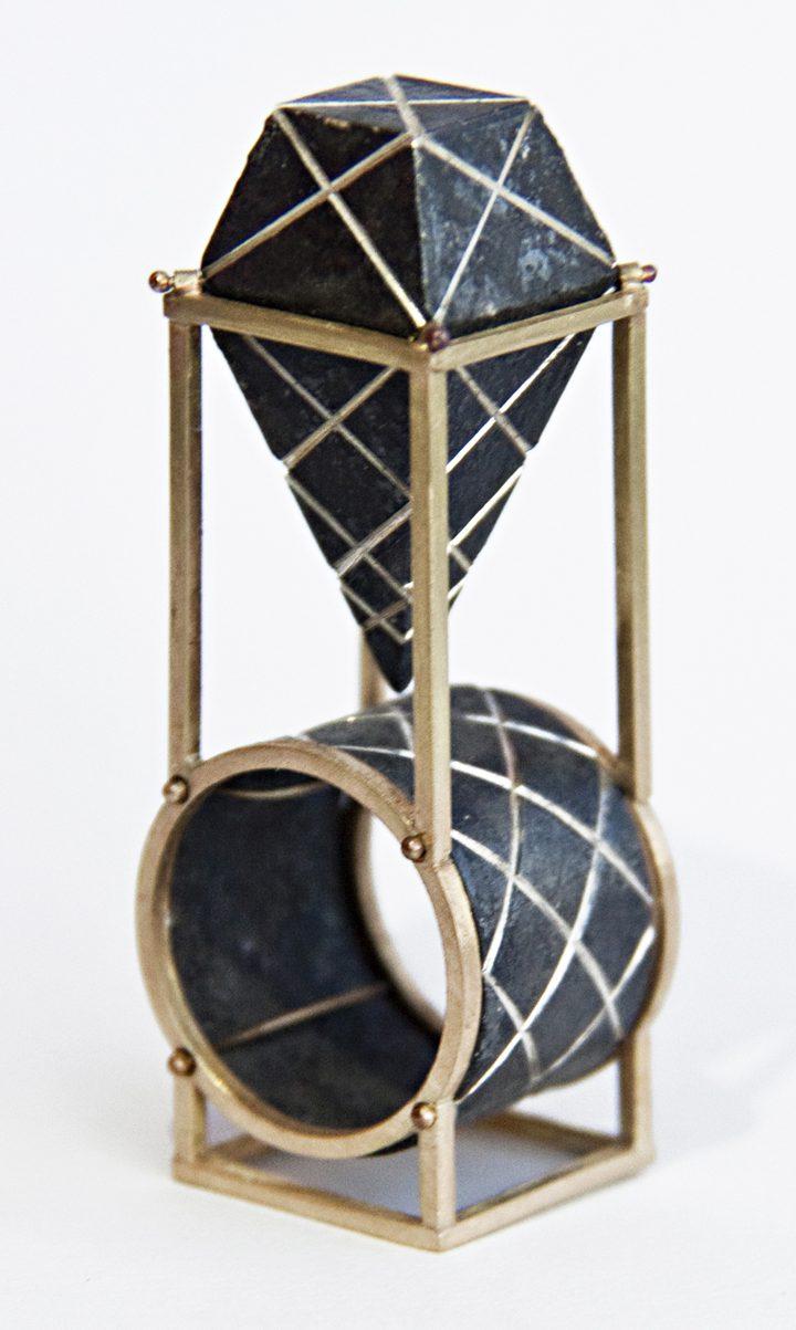 Philip Sajet, Black Byzantine Ring, goud en zilver, niëllo, 2016. Foto met dank aan Philip Sajet©