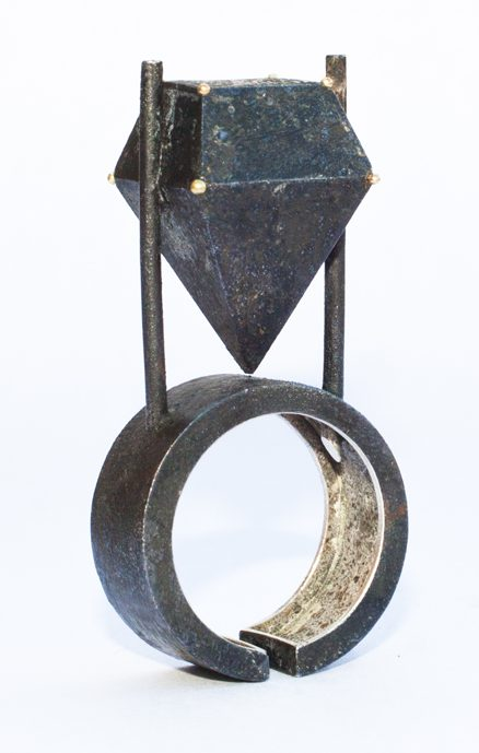 Philip Sajet, Black Dotted Floating Stone, zilver, niëllo, 2016. Foto met dank aan Philip Sajet©