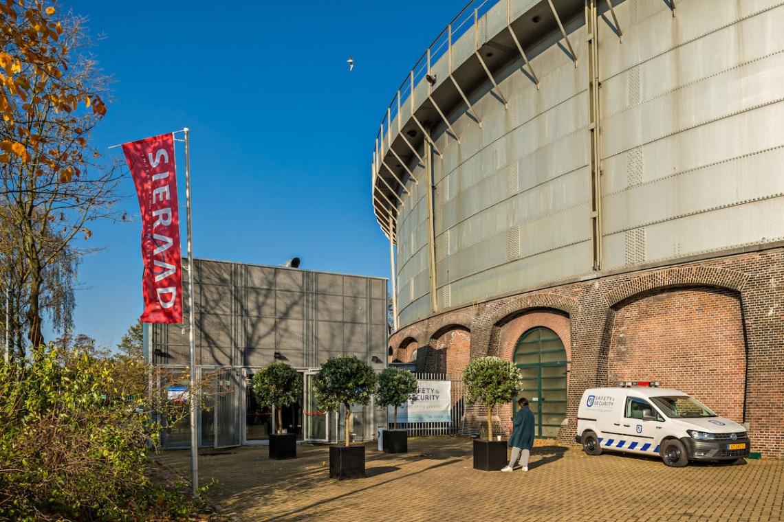 Sieraad Art Fair 2016 in de Gashouder op het terrein van de Westergasfabiek. Foto met dank aan Sieraad Art Fair, Arjen Veldt©