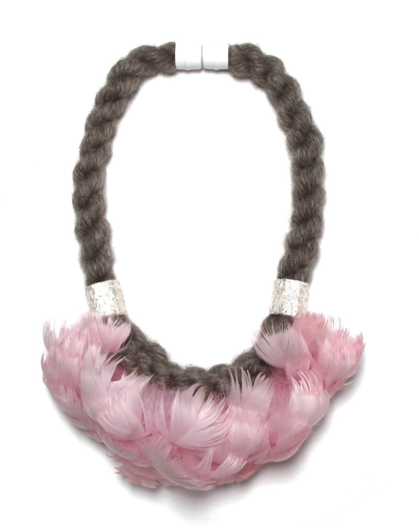 Alice Clarke, New Pink Feather. Foto met dank aan Sieraad Art Fair©
