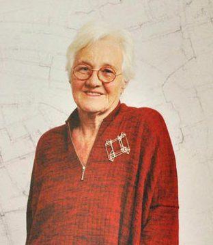 Riet Neerincx draagt Anton Cepka op een trui van Marta de Wit. Sieraden, de keuze van Arnhem. Foto met dank aan Galerie Marzee©