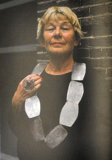 Threes Moolhuysen-Coenders draagt Dorothea Prühl en Hans Stofer (ring). Sieraden, de keuze van Schiedam. Foto met dank aan Galerie Marzee©