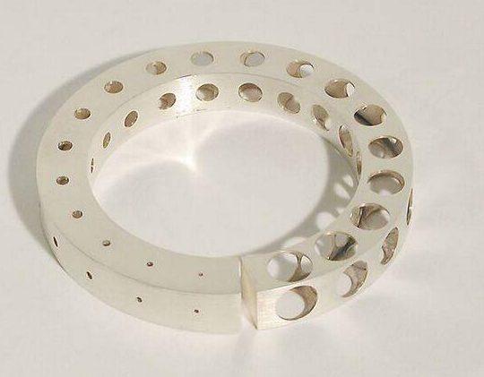 Gijs Bakker, Bracelet with holes, 1992. Foto met dank aan SMS©