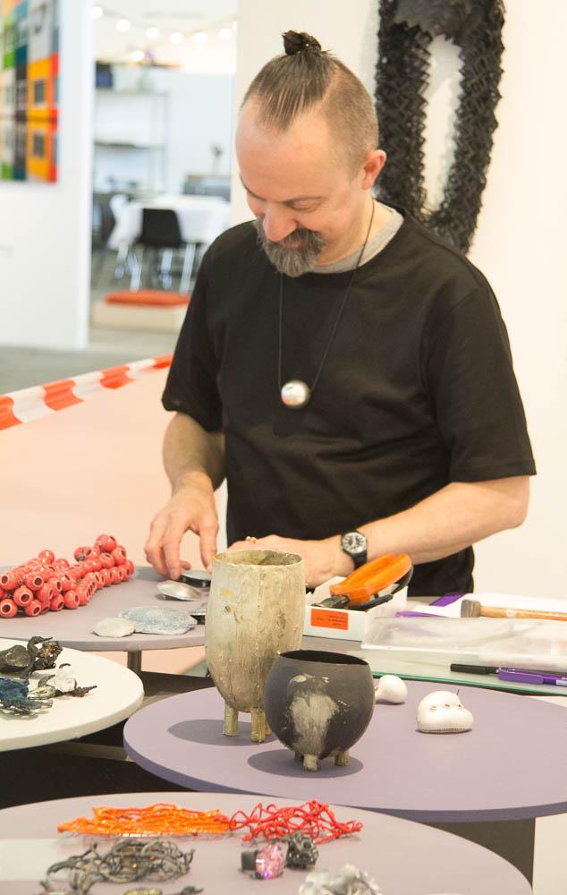 Inrichting van de stand van Galerie Ra door Paul Derrez, 27 mei 2015. Foto met dank aan M.O.©