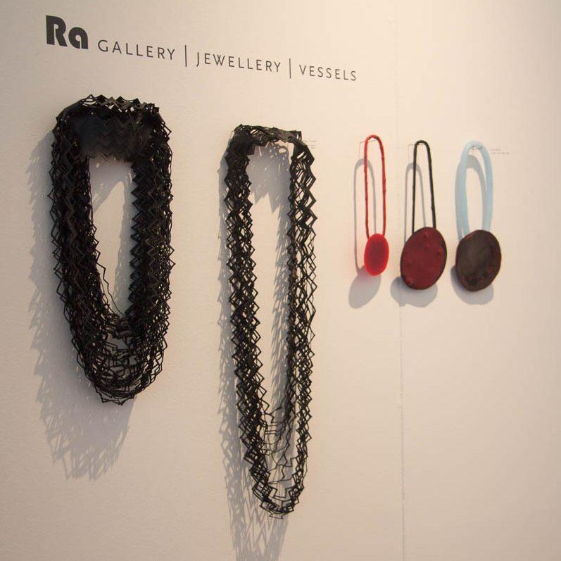 Thea Tolsma en Ela Bauer, halssieraden op een presentatie van Galerie Ra, 27 mei 2015. Foto met dank aan M.O.©