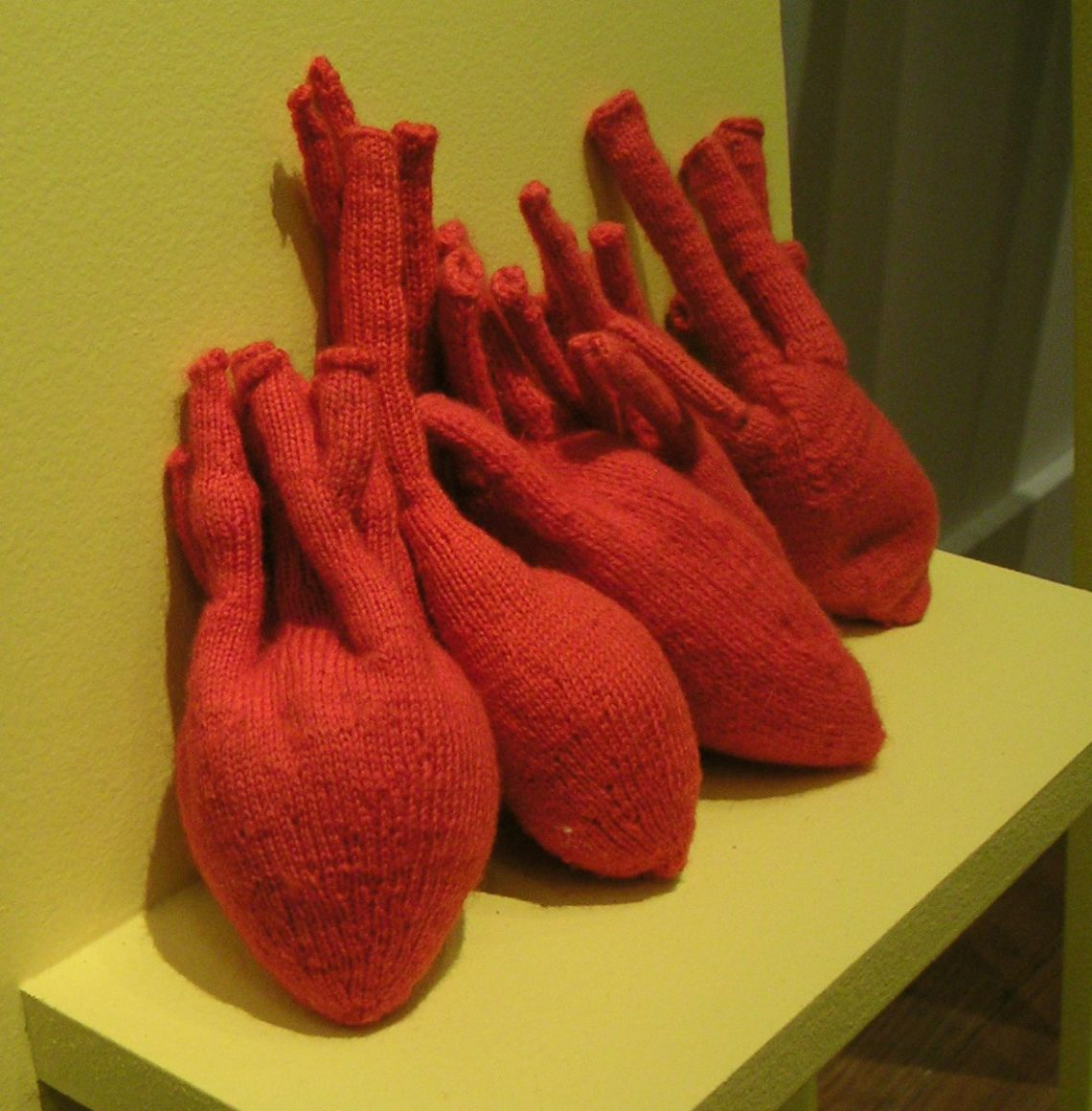 Iris Eichenberg, Hearts, Golden Clogs, Ornamentum Gallery, 2007. Foto met dank aan Andrea Wagner©