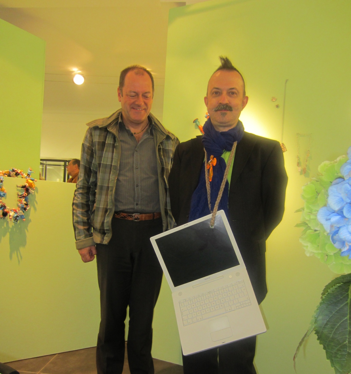 Paul Derrez, met halssieraad van Lisa Walker. Foto met dank aan M.O.©