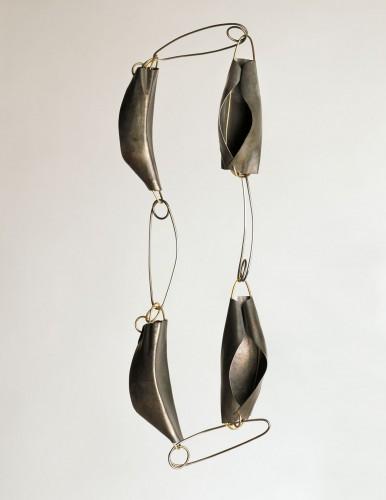 Dorothea Prühl, Graue Fische, 2015, titanium, staal en goud. Foto met dank aan Galerie Marzee©