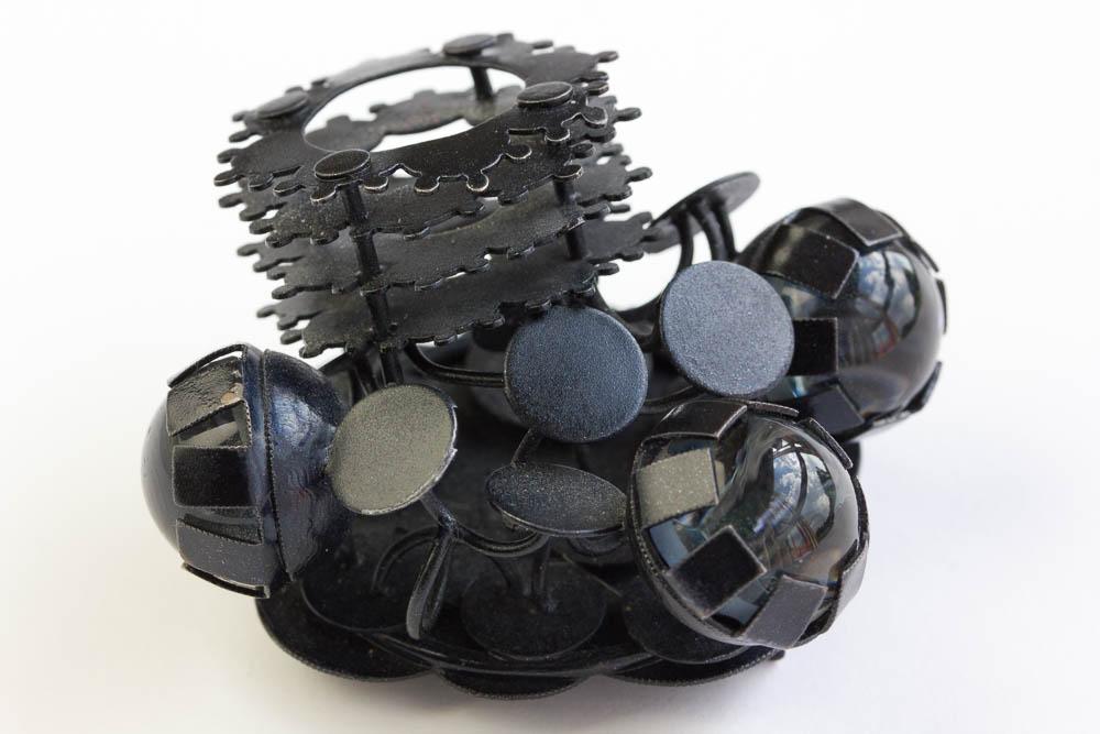 Helen Britton, Black Garden, broche, 2006. Collectie CODA. Foto met dank aan M.O.©