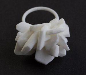 Luzia Vogt, ring, kunststof. Foto met dank aan M.O.©