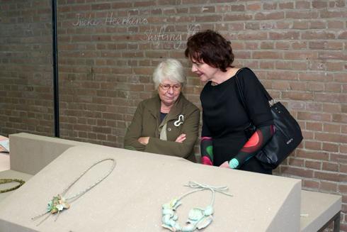 Nel Linssen (links) in Galerie Marzee. Foto met dank aan Galerie Marzee©