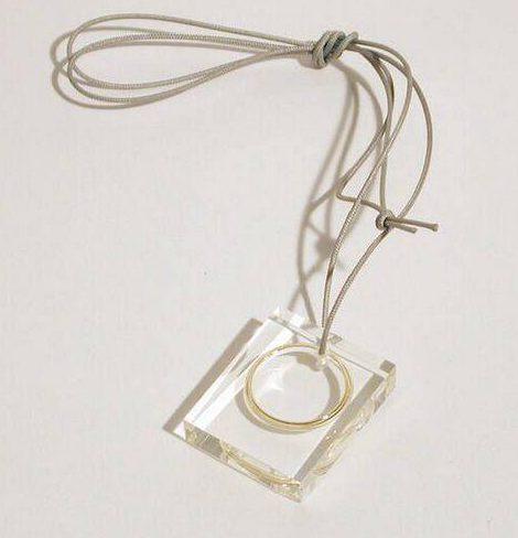 Ted Noten, Wedding Ring, hanger, 2000. Foto met dank aan SMS©