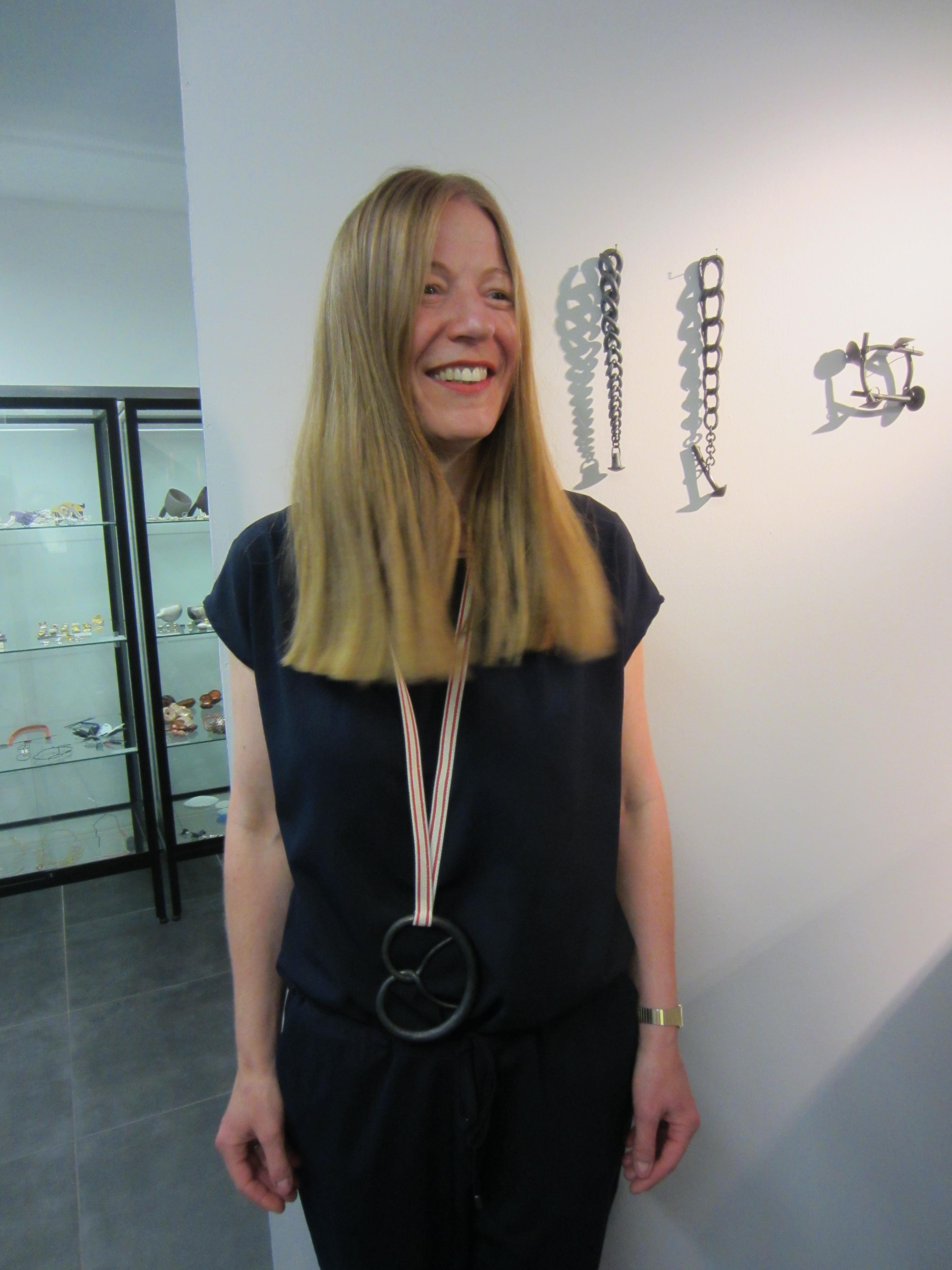 Jantje Fleischhut draagt Sophie Hanagarth in Galerie Ra. Foto met dank aan M.O.©