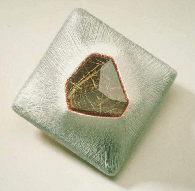 Beppe Kessler, Rutil crystal brooch. Foto met dank aan Beppe Kessler©