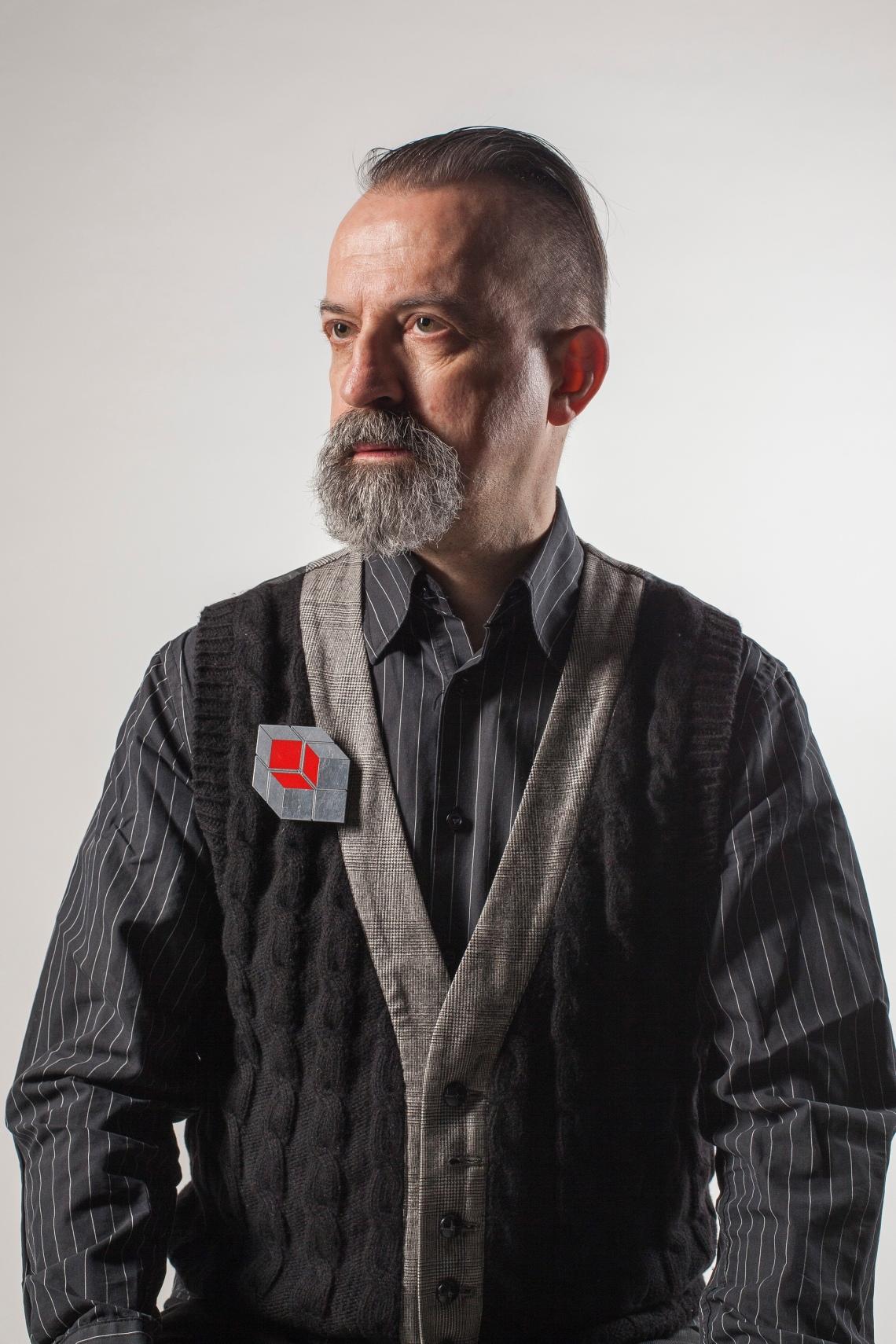 Paul Derrez met broche van Johanna Dahm. Foto met dank aan CODA©