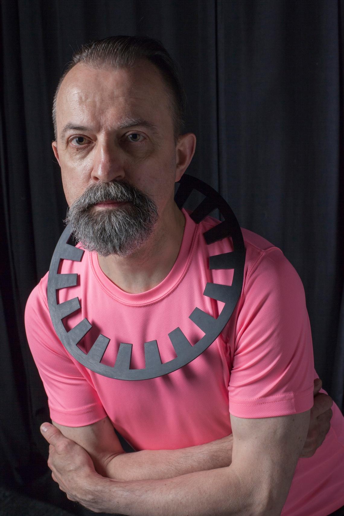 Paul Derrez met collier van David Watkins. Foto met dank aan CODA©