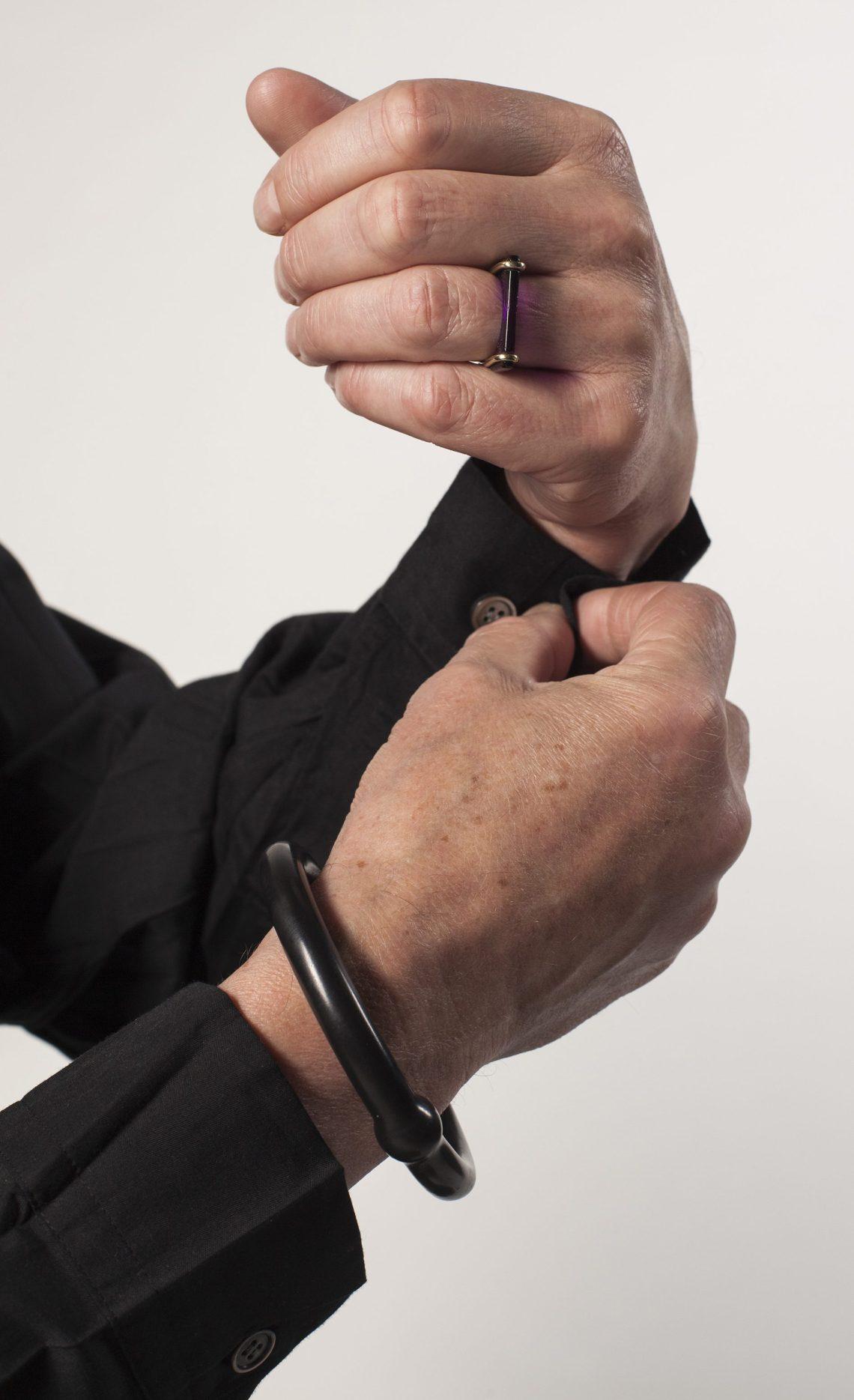 Willem Hoogstede met wisselring van Paul Derrez en armband Gold macht blind van Otto Künzli. Foto met dank aan CODA©